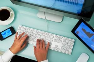 Con la evolución del diseño web, lo que prima actualmente es la experiencia del usuario en lugar de la facilidad de los programadores o creadores de contenido. El estilo, como los colores empleados, optar por una página clara u oscura… eso son cuestiones personales o de gusto en las que no existe una única respuesta.